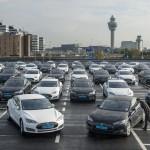 Tesla S Taxis am Flughafen Schiphol