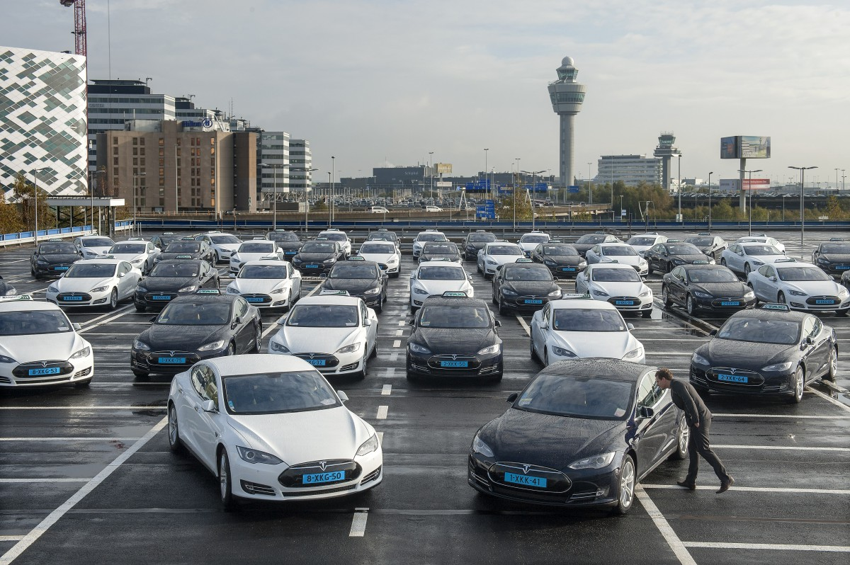 Tesla Taxis am Flughafen Schiphol